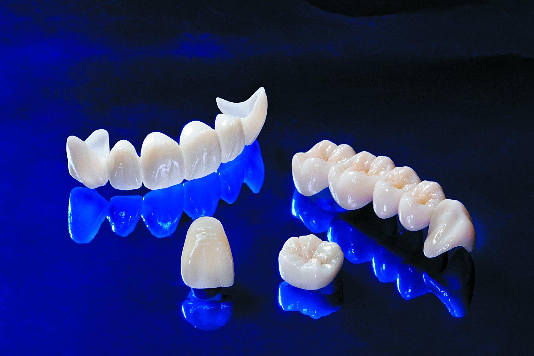 вставить зубы коронки