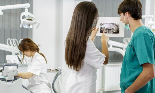 Как выбрать врача и клинику для имплантации зубов